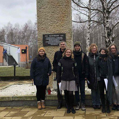 Uczennice z Drezna odwiedziły Miejsce Pamięci Stalag VIII A